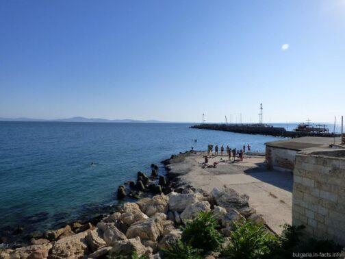 Бетонный пляж на окраине старого Помория
