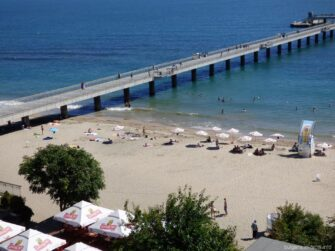 Вид на пляж с парка