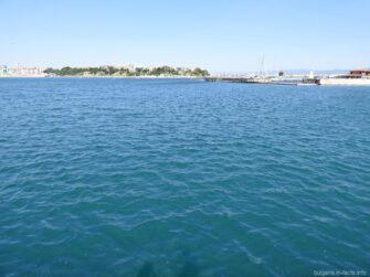 Воды Черного моря у моского вокзала в Несебре