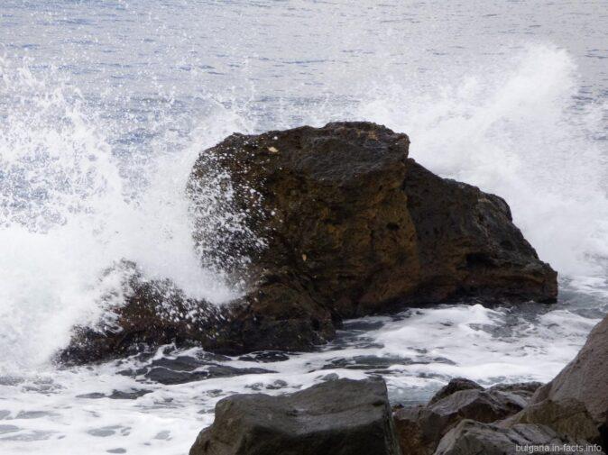 Волна на камне в Несебре