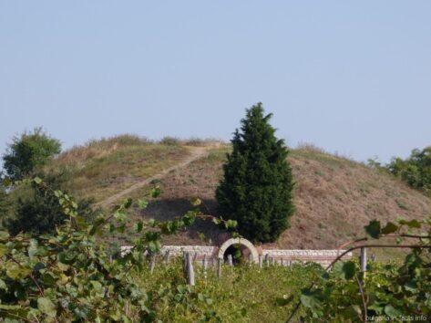 Вход в гробницу в Поморие