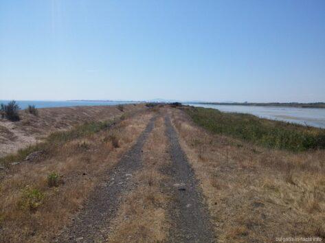 Дамба между озером и морем ближе к Ахелою
