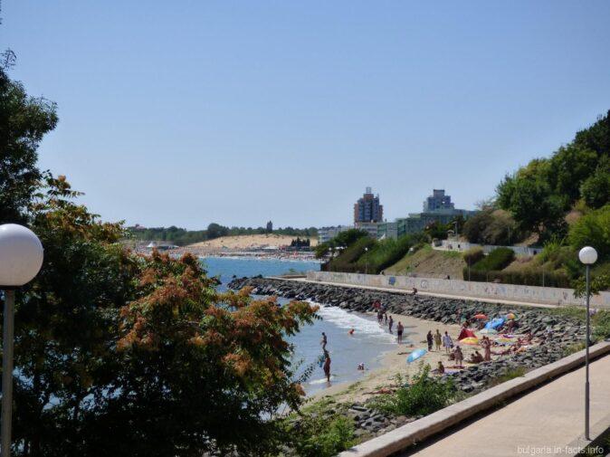 Дикий пляж на камнях в Несебре