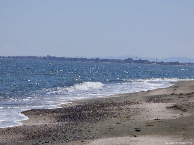 Дикий пляж на косе у окраины Помория
