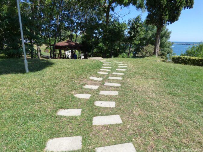Дорога к беседке в парке Несебра