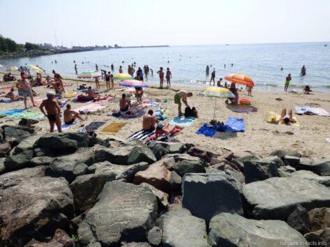 Дорога к пляжу за камнями в Несебре