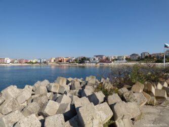 Железобетонные волнорезы у берегов Равды