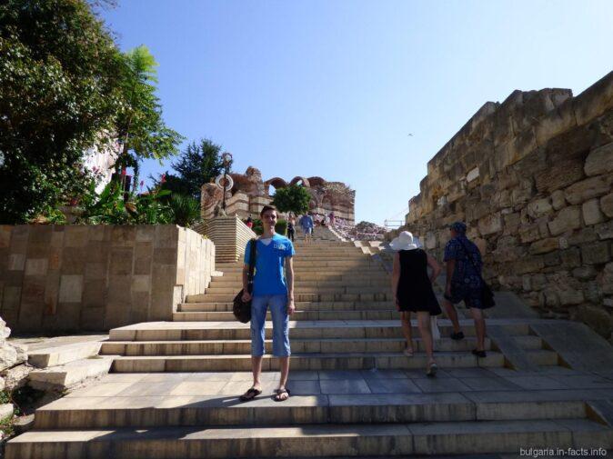 Лестница к амфитеатру в городе Несебр