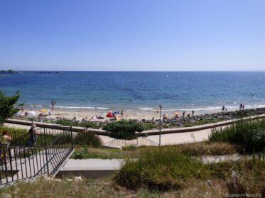 Лестница к пляжу за камнями в Несебре