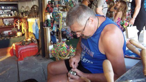 Мастер изготавливающий турочки ручной работы в Несебре