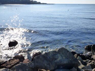 Море возле пляжей Равды