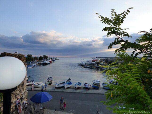 Море и пристань в Несебре