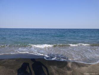 Набегающие волны у берегов песчаной косы Помория