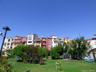 Насаждения возле гостиниц в Ахелое