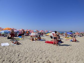 На пляжах в Равде