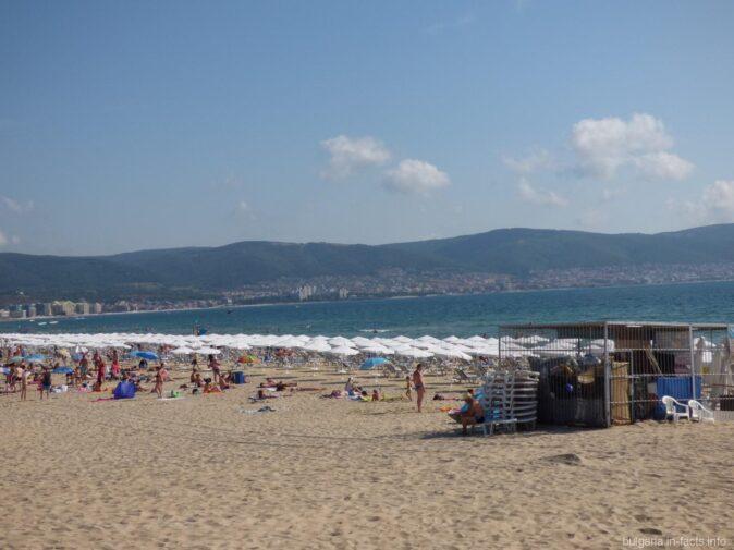 На пляжах в Солнечном берегу