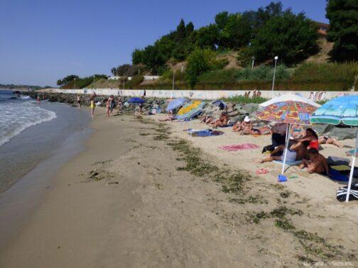 На пляже за камнями в Несебре