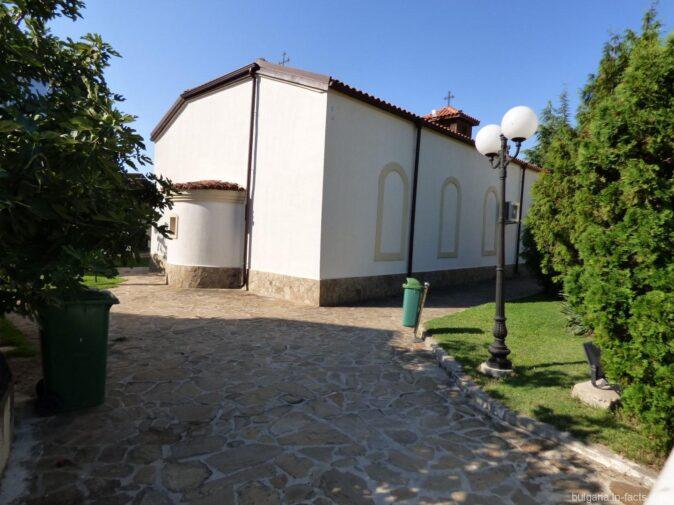 Небольшая церковь в Равде