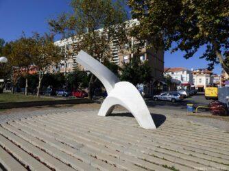 Небольшой памятник на набережной города