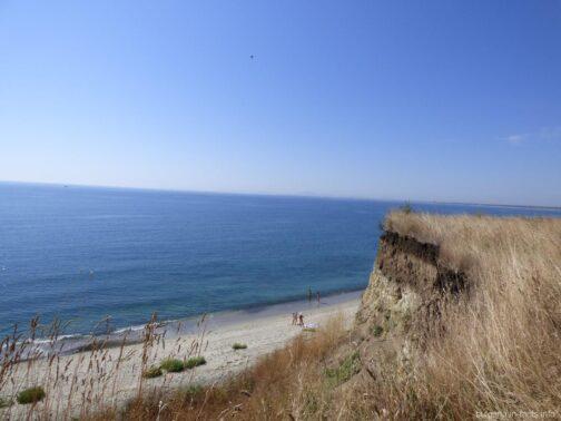 Небольшой пляж за обрывом в Ахелое