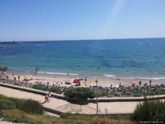 Панорама пляжа за камнями в Несебре