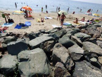 Песчаный пляж за камнями в Несебре