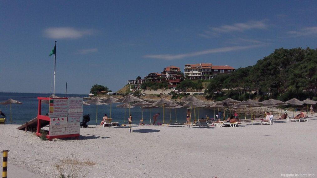 Пляж в Старом Несебре - зонтики и песок