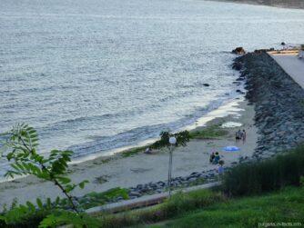 Пляж за камнями в Несебре после шторма