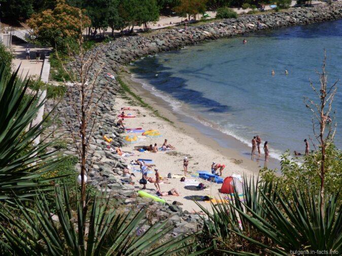 Пляж за камнями в Несебре