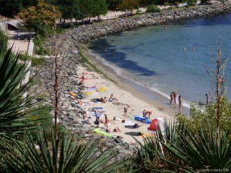 Пляж за камнями - один из самых укромных в Несебре