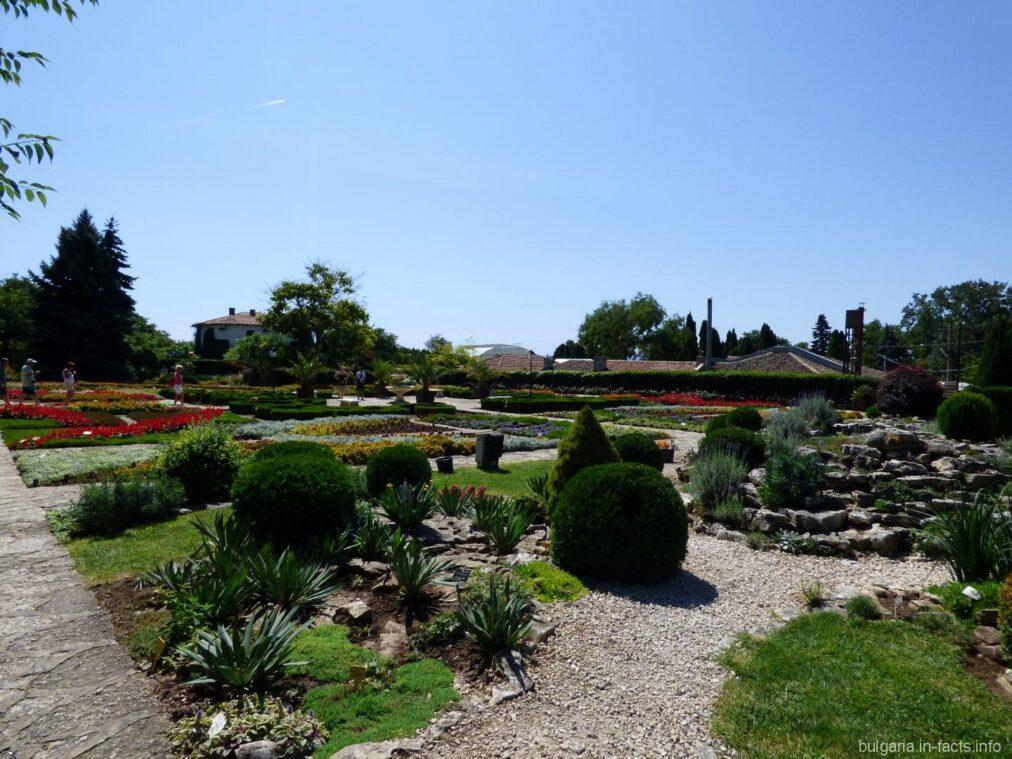 Разнообразные клумбы ботанического сада
