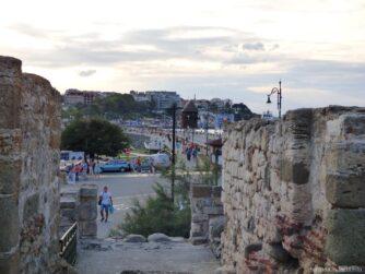 Руины античной крепостной стены в Несебре