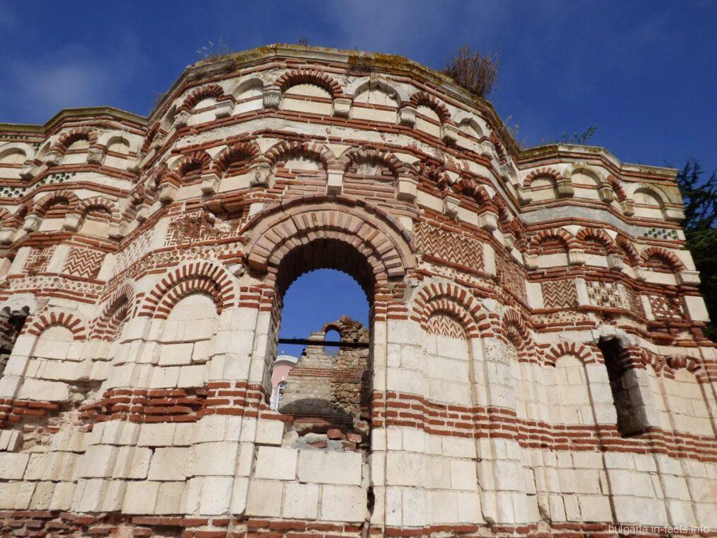 Руины церкви в городе Несебр