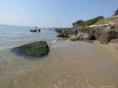 Среди камней пляжа в Несебре