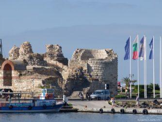 Старая часть Несебра с крепостной стеной