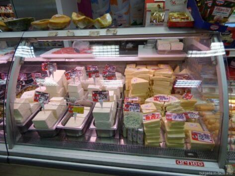 Сыр в холодильнике супермаркета в Несебре