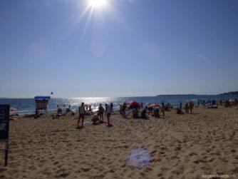 Туристы на пляже Солнечного берега