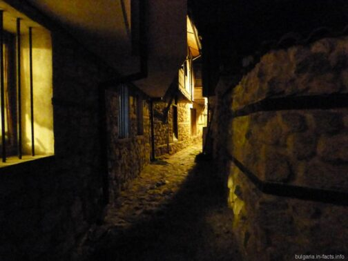 Узкие улочки ночного Несебра