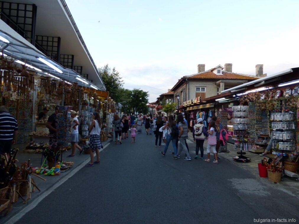 Улочка с сувенирами в Несебре