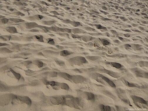 Чистый песок на пляжах Солнечного берега