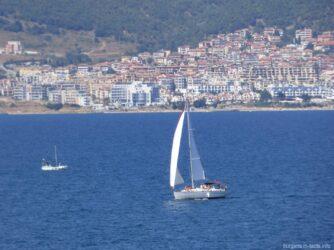 Яхта в море у берегов Несебра