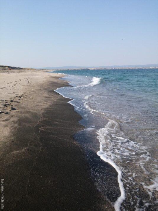 Морские волны накатывают на берег косы