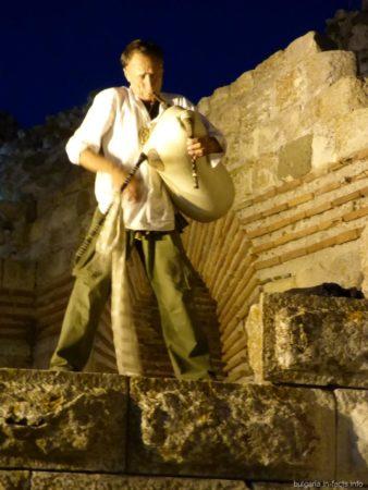 Мужчина играет на волынке в Несебре