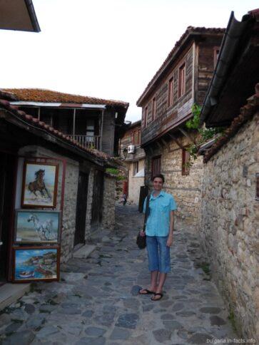 Узкие каменные улочки в Несебре
