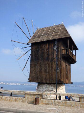 Старая мельница на перешейке в Несебре