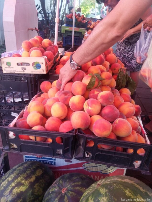Персики на базаре