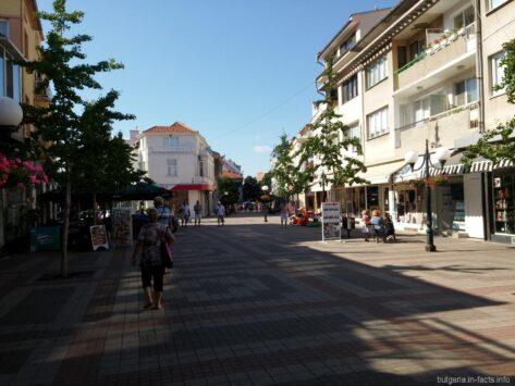 Полностью пешеходная центральная улица города Поморье