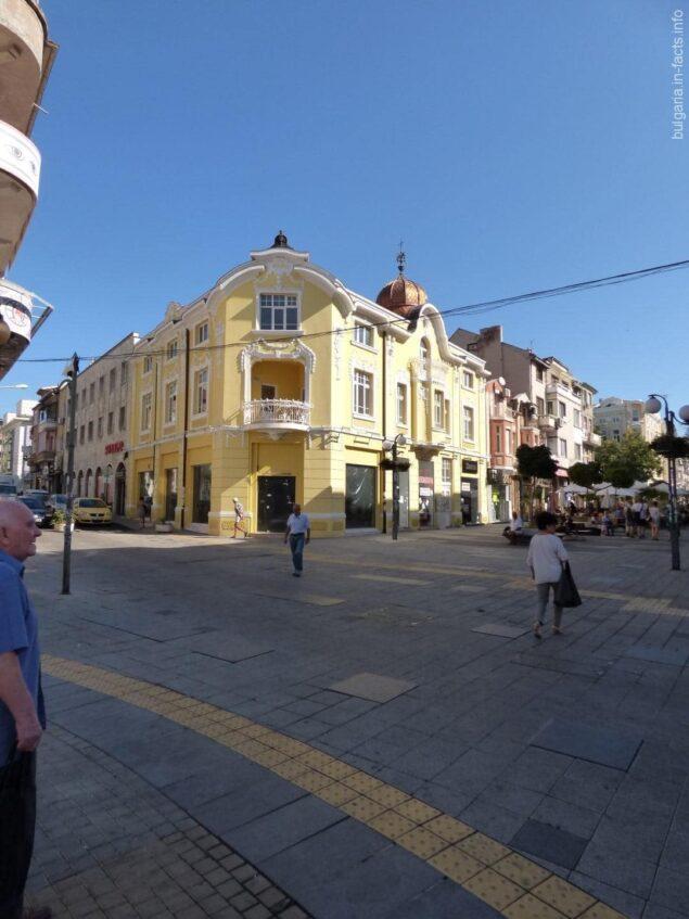 Небольшая площадь в городе Бургас