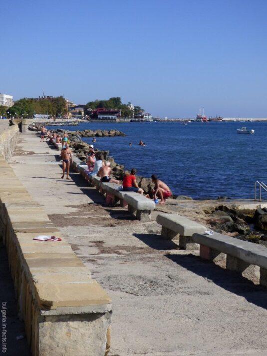 Бетонный пляж вдоль набережной Помория