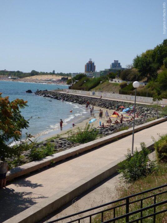 Небольшой пляж за камнями в Несебре